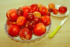 Fruit sur la table Pêches, nectarine, prunes Beau bonbon p Photo libre de droits