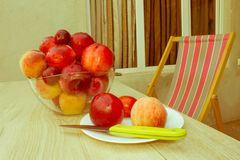 Fruit sur la table Pêches, nectarine, prunes Beau bonbon p Photographie stock libre de droits