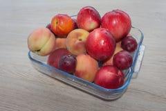 Fruit sur la table Pêches, nectarine, prunes Belles pêches, nectarine et prunes douces Photos stock