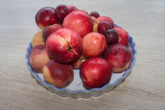 Fruit sur la table Pêches, nectarine, prunes Belles pêches, nectarine et prunes douces Photographie stock