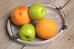 Fruit sur le bois Bio nourriture, herbes et épices saines Image libre de droits