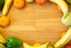 Fruit sur le fond en bois images libres de droits