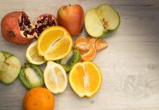 Fruit sur une table en bois Photographie stock libre de droits