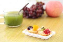 Fruit tart with green tea Royalty Free Stock Photos