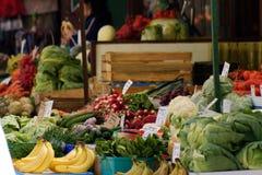 Fruit tegen - plantaardige markttribune Stock Afbeelding