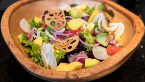 Fruit tropical et salade organique de légumes photos stock