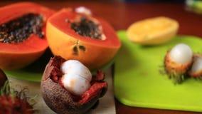 Fruit tropical exotique sur la table Fruit thaï Plan rapproché clips vidéos