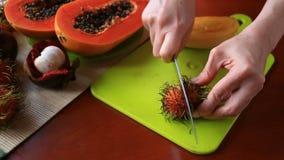 Fruit tropical exotique sur la table Fruit thaï Plan rapproché banque de vidéos