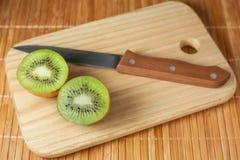 Fruit tropical Kiwi découpé en tranches Kiwi Durée toujours 1 Kiwi juteux sur le fond blanc Image stock