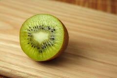 Fruit tropical Kiwi découpé en tranches Kiwi Durée toujours 1 Kiwi juteux sur le fond blanc Image libre de droits