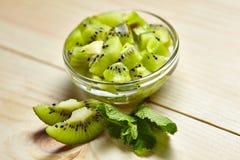 Fruit tropical Kiwi découpé en tranches Kiwi Durée toujours 1 Kiwi juteux sur le fond blanc Images libres de droits