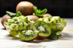 Fruit tropical Kiwi découpé en tranches Kiwi Durée toujours 1 Kiwi juteux sur le fond blanc Photo stock