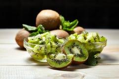 Fruit tropical Kiwi découpé en tranches Kiwi Durée toujours 1 Kiwi juteux sur le fond blanc Images stock