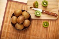 Fruit tropical Kiwi découpé en tranches Kiwi Durée toujours 1 Kiwi juteux sur le fond blanc Photos libres de droits