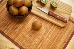 Fruit tropical Kiwi découpé en tranches Kiwi Durée toujours 1 Kiwi juteux sur le fond blanc Photographie stock