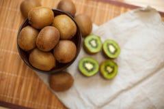 Fruit tropical Kiwi découpé en tranches Kiwi Durée toujours 1 Kiwi juteux sur le fond blanc Photo libre de droits