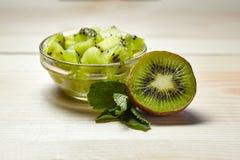 Fruit tropical Kiwi entier et découpé en tranches Fin vers le haut Durée toujours 1 Kiwi juteux sur la table en bois Photos libres de droits