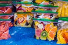 Fruit tropical mélangé dans les sacs au marché d'agriculteurs en Hawaï Photo libre de droits