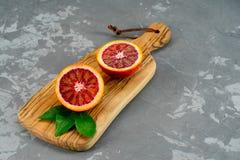 Fruit tropical Oranges rouges Oranges siciliennes ensanglantées Fond concret Photographie stock