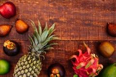 Fruit tropical sur le fond en bois fonc? photographie stock