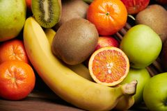 Fruit tropical sur le fond en bois noir, vue supérieure photographie stock libre de droits