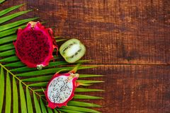 Fruit tropical sur le fond en bois noir photo stock