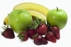 Fruit van bananen, appelen, aardbeien op witte achtergrond worden geïsoleerd die royalty-vrije stock foto's