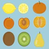 Fruit van citroen, abrikoos, mandarin, kiwi en peer wordt geplaatst die Stock Afbeeldingen