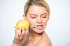 Fruit van de het sap gehele citroen van de meisjesdrank het verse Aanvulling uw lichaamsvitaminen Energiebron en vitaliteit Batte royalty-vrije stock foto's