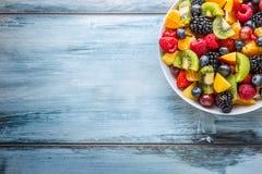 Fruit verse gemengde tropische fruitsalade Kom van gezonde verse gestorven fruitsalade - en geschiktheidsconcept royalty-vrije stock foto's