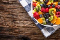 Fruit verse gemengde tropische fruitsalade Kom van gezonde verse gestorven fruitsalade - en geschiktheidsconcept royalty-vrije stock afbeelding