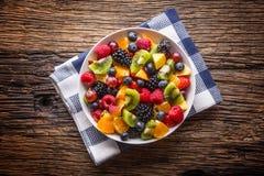 Fruit verse gemengde tropische fruitsalade Kom van gezonde verse gestorven fruitsalade - en geschiktheidsconcept royalty-vrije stock fotografie