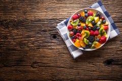 Fruit verse gemengde tropische fruitsalade Kom van gezonde verse gestorven fruitsalade - en geschiktheidsconcept stock fotografie