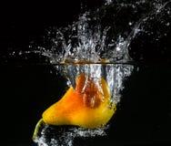 Fruit in water wordt geworpen dat Royalty-vrije Stock Fotografie