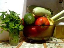 Fruita et légumes dans la cuisine image stock