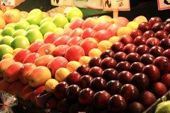 Fruitbox bij Landbouwersmarkt Stock Afbeeldingen