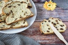 Fruitbrood met rozijnen op witte plaat Nederlandse krentenbrood royalty-vrije stock foto's