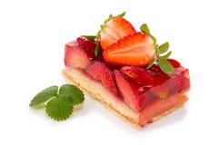 Fruitcake και φράουλα που απομονώνονται Στοκ εικόνα με δικαίωμα ελεύθερης χρήσης