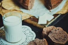 fruitcake, молоко, предпосылка стоковая фотография