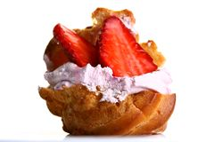 Fruitcake con la fragola e l'ostruzione fresche Fotografie Stock