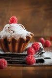 Fruitcake Dekorował z malinką przy drewnianym stołem Fotografia Royalty Free