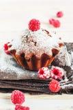 Fruitcake Dekorujący malinką Zdjęcie Royalty Free