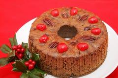 Fruitcake di festa su colore rosso Immagini Stock Libere da Diritti