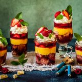 Fruitcake, Gelei en Berry Individual Trifles stock foto