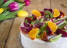 Fruitcake met rode sinaasappelen Royalty-vrije Stock Afbeeldingen