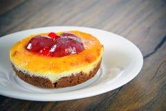 Fruitcake op Uitstekend Retro Woody Background Stock Foto