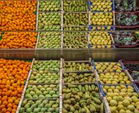 Fruitcontainer in supermarkt stock afbeelding