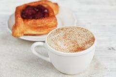Fruitdessert en koffie op een houten lijst royalty-vrije stock foto