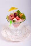 Fruitdessert met room, munt, vers fruit in glaskom Stock Afbeeldingen
