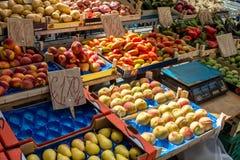 Fruitdozen met pruimen en perziken Royalty-vrije Stock Afbeeldingen